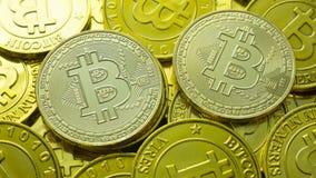 La moneda de oro Bitcoin en la imagen oscura de la imagen del concepto del mapa para el fondo Fotografía de archivo