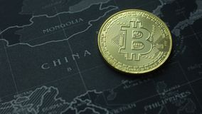 La moneda de oro Bitcoin en la imagen oscura de la imagen del concepto del mapa para el fondo Imagen de archivo