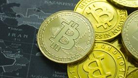 La moneda de oro Bitcoin en la imagen oscura de la imagen del concepto del mapa para el fondo Imágenes de archivo libres de regalías