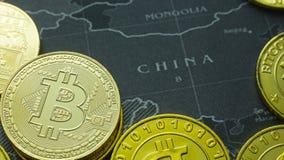 La moneda de oro Bitcoin en la imagen oscura de la imagen del concepto del mapa para el fondo Fotos de archivo libres de regalías