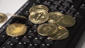 La moneda de oro del bitcoin gira en el teclado almacen de metraje de vídeo
