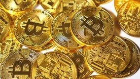La moneda de oro que cae de la cámara lenta pertenece a Cryptocurrency almacen de metraje de vídeo