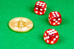La moneda del metal de Bitcoin con rojo corta en cuadritos en verde Fotografía de archivo