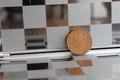 La moneda euro con una denominación de 5 centavos euro en espejo refleja la cartera, fondo a cuadros - lado trasero Imagenes de archivo