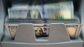 La moneda que cuenta la máquina está contando cuentas de los Usd