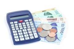 La moneda surcoreana de diverso valor cerca de la calculadora, ahorra su concepto del dinero, Fotografía de archivo libre de regalías
