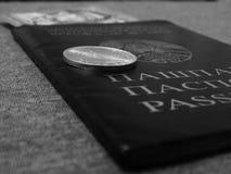 La moneta è sul passaporto Fotografia Stock