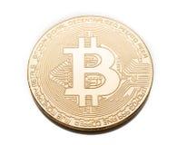 La moneta del pezzo dell'oro mette sulla tavola bianca Fotografie Stock Libere da Diritti