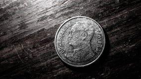 La moneta di baht tailandese con illuminazione ha riflesso, natura morta Immagini Stock Libere da Diritti