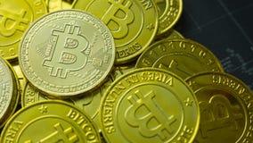 La moneta di oro Bitcoin sull'immagine scura di immagine di concetto della mappa per fondo Fotografia Stock
