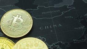 La moneta di oro Bitcoin sull'immagine scura di immagine di concetto della mappa per fondo Immagine Stock