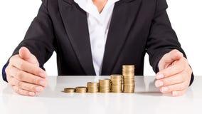 La moneta di oro della pila della donna di affari, risparmia i soldi per il futuro Fotografia Stock Libera da Diritti