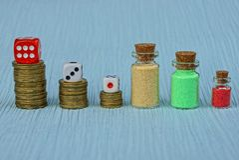 La moneta fa scorrere con i blocchetti del gioco sulla tavola Immagine Stock Libera da Diritti
