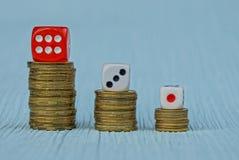 La moneta fa scorrere con i blocchetti del gioco sulla tavola Immagini Stock Libere da Diritti