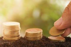 La moneta impilata su suolo per il concetto del fondo dentro si sviluppa e cammina soldi graduali Immagini Stock Libere da Diritti