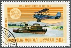 La MONGOLIA - 1974: la nave a vapore di manifestazioni e AN-2 piano, emblema del sindacato postale universale dell'UPU di serie e Immagini Stock