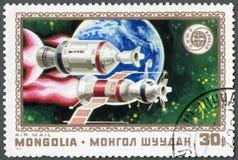 La MONGOLIA - 1975: manifestazioni Apollo, Soyuz e terra, serie di Russo- di cooperazione americana dello spazio, July15 di lanci Immagini Stock