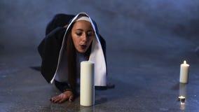 La monja sopla hacia fuera una vela almacen de video