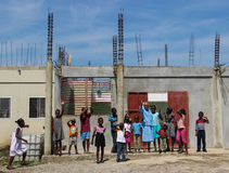 La monja y los huérfanos agitan a los misionarios en Llano-du-Nord, Haití Fotografía de archivo libre de regalías