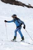 La montée d'alpiniste de ski sur la montagne sur des skis a attaché aux peaux s'élevantes Photos stock