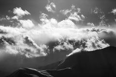 La montaña blanco y negro de la tarde en neblina y luz del sol se nubla Fotografía de archivo
