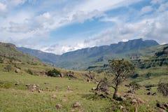 La montaña de doce apóstoles en Sisonke que pasa por alto el paso de Sani, el camino de tierra rural que conecta Suráfrica y Leso foto de archivo libre de regalías