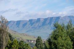 La montaña de doce apóstoles en Sisonke que pasa por alto el paso de Sani, el camino de tierra rural que conecta Suráfrica y Leso foto de archivo