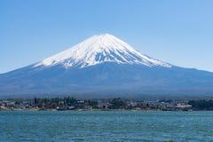 La montaña de Fuji con la cubierta de nieve en el top con podría, Japón imagen de archivo libre de regalías
