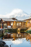 La montaña de Fuji y refleja en agua Imágenes de archivo libres de regalías