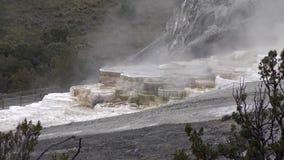 La montaña de piedra asombrosa, los géiseres tórridos en 4k ajardina el tiro del parque de Yellowstone almacen de video