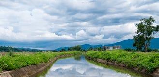 La montaña del ` de Chiang Dao del ` y opinión del canal de la irrigación es montaña En Chiang Dao, Chiang Mai, Tailandia imagen de archivo
