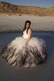 La montaña del hielo del vestido formal de la mujer sienta serio Fotos de archivo libres de regalías