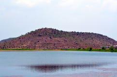 La montaña del lado del lago fotos de archivo