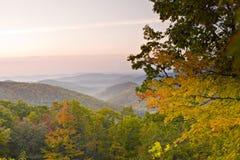 La montaña del otoño pasa por alto Foto de archivo