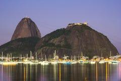 La montaña del pan de azúcar es una vista del touristc en Rio de Janeiro Barcos imagen de archivo