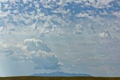 La montaña distante miente en espera Foto de archivo libre de regalías