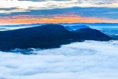 La montaña en el acantilado de Pha MES I Daeng y el mar de la niebla Imágenes de archivo libres de regalías
