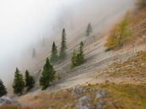 La montaña escarpada cae abajo una niebla Imagen de archivo