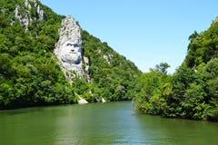 La montaña esculpió la estatua de Decebal cerca del río Danubio en la ROM fotos de archivo