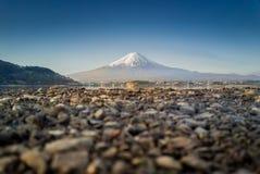 La montaña Fuji reflejó en el lago Kawaguchiko en un día soleado y un cielo claro Fotos de archivo libres de regalías