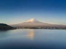 La montaña Fuji reflejó en el lago Kawaguchiko en un día soleado y un cielo claro Foto de archivo