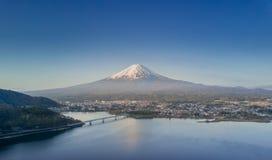 La montaña Fuji reflejó en el lago Kawaguchiko en un día soleado y un cielo claro Fotos de archivo