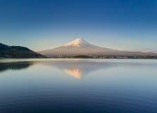 La montaña Fuji reflejó en el lago Kawaguchiko en un día soleado y un cielo claro Fotografía de archivo libre de regalías