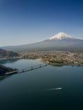 La montaña Fuji reflejó en el lago Kawaguchiko en un día soleado y un cielo claro Imagen de archivo libre de regalías