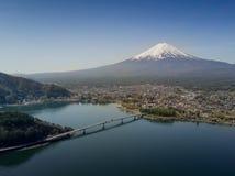 La montaña Fuji reflejó en el lago Kawaguchiko en un día soleado y un cielo claro Fotografía de archivo