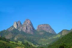 La montaña lisa oscila en el parque nacional de Tres Picos, el Brasil Imagen de archivo