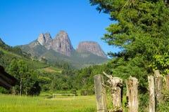 La montaña lisa oscila en el parque nacional de Tres Picos, el Brasil Imagenes de archivo