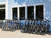 La montaña monta en bicicleta listo para los turistas en el puerto de la barra, Maine Imagenes de archivo