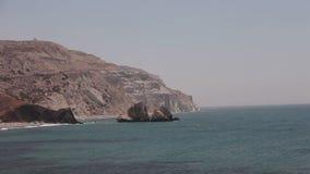 La montaña que se va en mar la costa con las rocas, cielo azul, playa de la arena, mar del mar, agita, Grecia, Chipre, piscina de almacen de video