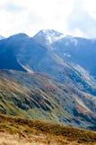 la montaña remata en el otoño cubierto en niebla o nubes Imagenes de archivo